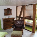 Bequemer Sessel und Doppelbett