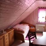 Bett und Schreibtischbereich